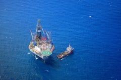 La vista superiore dell'impianto offshore della trivellazione in mare dagli aerei. Immagini Stock