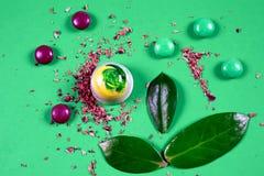 La vista superiore dell'insieme di bei e dolci deliziosi del cioccolato decorati con cioccolato assortito sbriciola Fotografie Stock Libere da Diritti