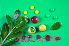 La vista superiore dell'insieme di bei e dolci deliziosi del cioccolato decorati con cioccolato assortito sbriciola Immagini Stock Libere da Diritti