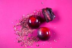 La vista superiore dell'insieme di bei e dolci deliziosi del cioccolato decorati con cioccolato assortito sbriciola Fotografia Stock Libera da Diritti