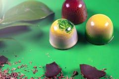 La vista superiore dell'insieme di bei e dolci deliziosi del cioccolato decorati con cioccolato assortito sbriciola Immagine Stock