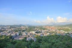 La vista superiore della città di Phuket da Khao ha suonato la collina immagini stock libere da diritti