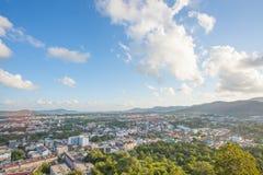 La vista superiore della città di Phuket da Khao ha suonato la collina fotografia stock