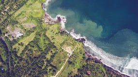 La vista superiore della foto aerea del fuco delle onde dell'Oceano Indiano si incontra o si presenta con una grande spiaggia di  Fotografie Stock Libere da Diritti