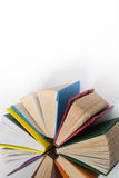 La vista superiore della libro con copertina rigida variopinta prenota in un cerchio Libro aperto, pagine smazzate Di nuovo allo  Fotografia Stock Libera da Diritti