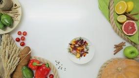 La vista superiore della mano della donna ha rimesso i piatti con insalata Stile di vita sano, alimento di dieta video d archivio