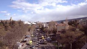 La vista superiore delle automobili guida sulla strada principale a Tbilisi stock footage