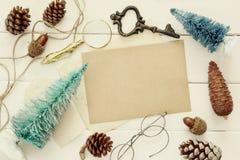 La vista superiore delle pigne, dell'albero di Natale e dell'annata obietta Fotografia Stock