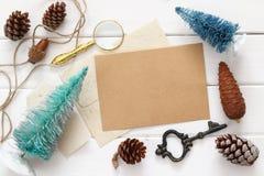 La vista superiore delle pigne, dell'albero di Natale e dell'annata obietta Fotografia Stock Libera da Diritti