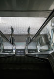 La vista superiore delle scale mobili e delle scale esterne della costruzione senza peo Immagini Stock