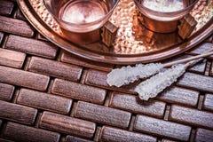 La vista superiore delle tazze di tè cupriche del vassoio zucchera i bastoni Immagini Stock Libere da Diritti