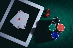 La vista superiore di una tavola verde della mazza con la compressa, scheggia e taglia Concetto di gioco d'azzardo online fotografia stock libera da diritti