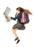 La vista superiore ha isolato il colpo della scolara con lo zaino facendo uso del computer portatile Fotografie Stock Libere da Diritti