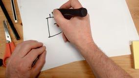 La vista superiore, la mano di un uomo d'affari disegna il simbolo di bitcoin e dell'euro su un foglio di carta, ideale del metra archivi video