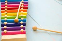 La vista superiore o mette su pianamente i giocattoli variopinti su fondo di legno con lo spazio della copia Filtro d'annata cald Fotografia Stock