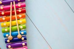 La vista superiore o mette su pianamente i giocattoli variopinti su fondo di legno con lo spazio della copia Filtro d'annata cald Immagine Stock Libera da Diritti