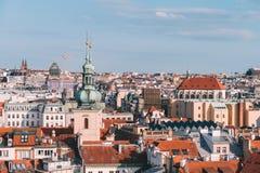 La vista superiore a rosso copre l'orizzonte della repubblica Ceca della città di Praga immagini stock libere da diritti