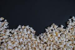 La vista superiore sparsa ha salato il popcorn, fondo di struttura clipping fotografia stock libera da diritti