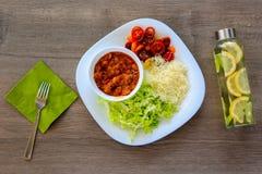 La vista superiore su una ciotola di ragù caldo con i fagioli ha stufato in salsa al pomodoro Fotografie Stock Libere da Diritti