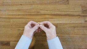 La vista superiore sulle mani maschii che producono gli gnocchi, uomo produce la pasta e la carne degli gnocchi Cucinando a casa, fotografie stock libere da diritti