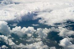 La vista superiore sulle nuvole da una finestra dell'aeroplano Immagini Stock Libere da Diritti