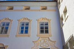 La vista típica de las ventanas de una casa en el centro de Salzburg Imagenes de archivo