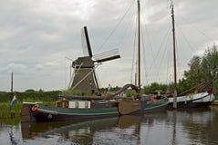 La vista tipica del canale olandese fotografie stock