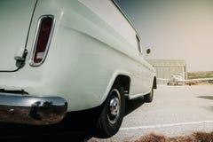 La vista trasera de un carro viejo parqueó en el aeródromo Foto de archivo libre de regalías