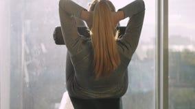 La vista trasera del centro hermoso deportivo envejeció a la mujer que hacía los ejercicios para los ABS metrajes