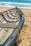 La vista trasversale dello scheletro di un peschereccio ha parcheggiato da solo in spiaggia, Kailashgiri, Visakhapatnam, Andhra P fotografia stock libera da diritti