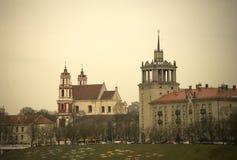 La vista triste della chiesa di Vilnius (apostoli Philip e James della st) e la costruzione sovietica vicino ai kÄ-s del ¡ di Luk Fotografia Stock