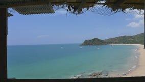 La vista tropicale della spiaggia dalla capanna nella provincia di Krabi, Tailandia: Colpo dello zoom video d archivio