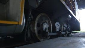 La vista vicina del treno industriale avanza verso l'uscita dell'officina video d archivio