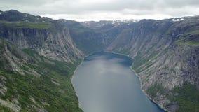 La vista vicino a Trolltunga al fiordo e l'acqua da parlano monotonamente l'aria Norvegia video d archivio