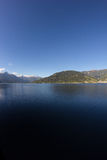 La vista a Zell considera el lago Zell y Kitzsteinhorn Foto de archivo