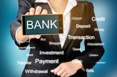 La visualizzazione del cellulare o di Internet ha basato il concetto di attività bancarie fotografia stock