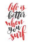 La vita è migliore quando praticate il surfing Citazione disegnata a mano di calligrafia della spazzola Immagini Stock