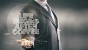 La vita comincia dopo le nuove tecnologie disponibile di Holding dell'uomo d'affari del caffè Immagini Stock Libere da Diritti