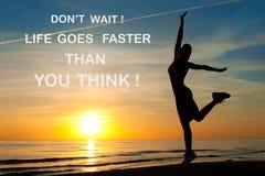 La vita di attesa del ` t di Don va più velocemente di pensate! Inspira motivazionale Fotografia Stock