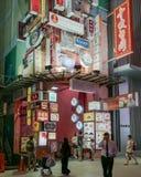 La vita di città occupata di Kuala Lumpur ha accompagnato dall'architettura vibrante della luce al neon Fotografie Stock