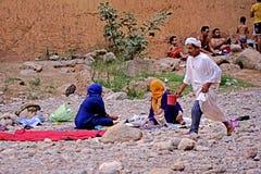 La vita familiare araba nel fiume del Todra si rimpinza di nel Marocco Fotografia Stock Libera da Diritti