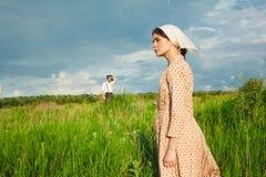 La vita rurale sana La donna e l'uomo nel campo verde fotografie stock