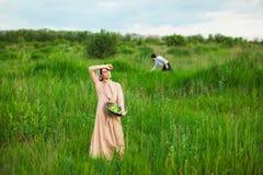 La vita rurale sana La donna nel campo verde fotografie stock