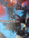 La vita urbana rintraccia sul vecchio recinto arrugginito fotografie stock libere da diritti