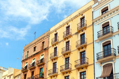 La vita variopinta alloggia le facciate Vista della via di Tarragona Fotografie Stock