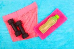 La vitesse de gymnase, les vêtements de gymnase et les sports portent le kit Image stock