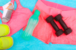 La vitesse de gymnase, les vêtements de gymnase et les sports portent le kit Photographie stock libre de droits