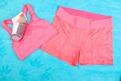 La vitesse de gymnase, les vêtements de gymnase et les sports portent le kit Images stock