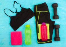 La vitesse de gymnase, les vêtements de gymnase et les sports portent le kit Image libre de droits