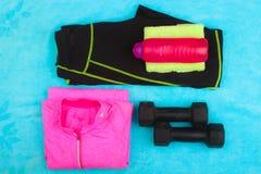 La vitesse de gymnase, les vêtements de gymnase et les sports portent le kit Photographie stock